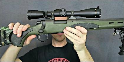 Un fusil Remington con mira telescópica.