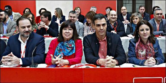 PSOE: Pedro Sánchez, junto a la presidenta, Cristina Narbona (2i); el secretario de Organización, José Luis Ábalos (i), y la vicesecretaria general, Adriana Lastra (d)