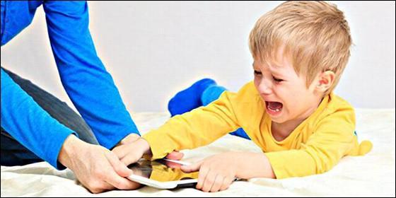 Los niños, internet y la adición a la tablet o el teléfono móvil.