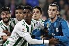 Bale y Casemiro rodeados de jugadores del Betis.