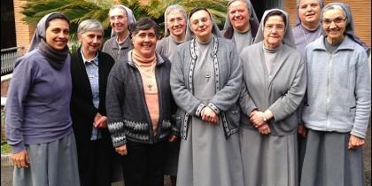 Carmen Ros, con sus hermanas de Roma