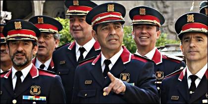 Josep Lluís Trapero, el centro y sin barba, cuando fue nombrado major de los Mossos d'Esquadra.