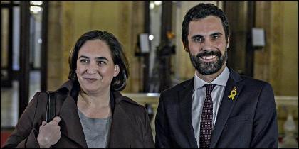 La alcaldesa de Barcelona, Ada Colau, y el presidente del Parlamento catalán, Roger Torrent.