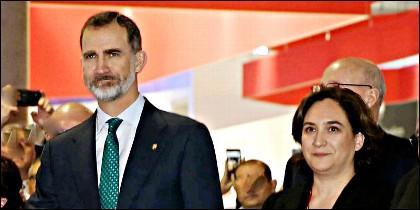 El Rey de España, Felipe VI y la alcaldesa de Barcelona, Ada Colau.
