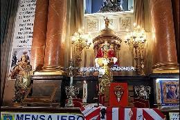 La camiseta de Quini sobre el altar de San Antón