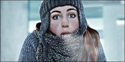 Clima, frío, calor y una chica tiritando.
