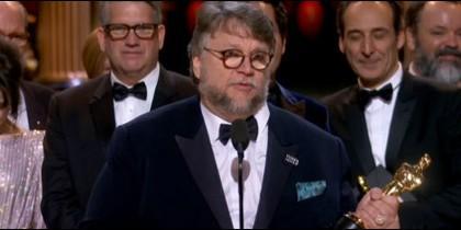 Guillermo del Toro, recogiendo su Oscar