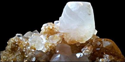 La vaterita, una rara forma de carbonato de calcio.
