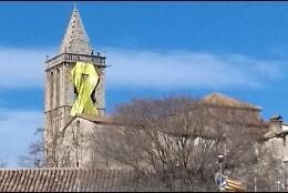 Lazo amarillo en una iglesia de Lleida