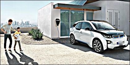 Cargando el coche eléctrico con 'BMW Digital Charging Service'.