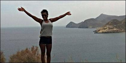 Ana Julia Quezada, posando frente al mar Mediterráneo.