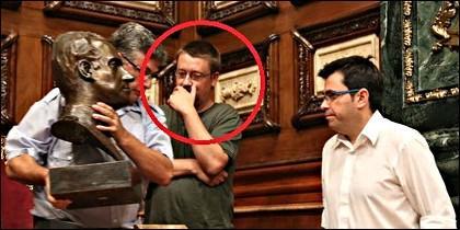 Xavier Domenèch con Gerardo Pisarello, retirando el busto del Rey de España del salón de plenos del Ayuntamiento de Barcelona.
