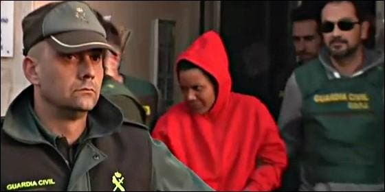 La Guardia Civil conduce hacia el calabozo a Ana Julia Quezada.