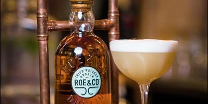 Apúntate al plan en Santamaría La Coctelería de al Lado o hazte con tréboles y prepara un cóctel con el whiskey irlandés Roe & Co