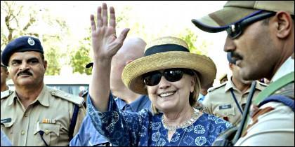 Hillary Clinton, exsecretaria de Estado de EEUU, saluda a su llegada a Jodhpur, estado de Rajasthan, India.