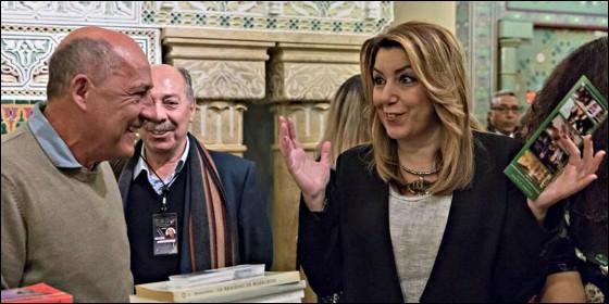La socialista Susana Díaz, presidenta andaluza, conversa con dos libreros.