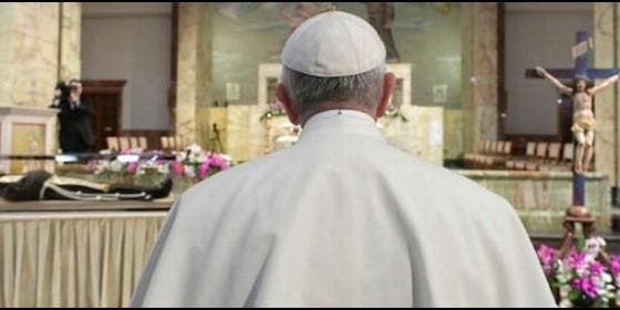 Francisco ora ante la urna de San Pío de Pietrelcina