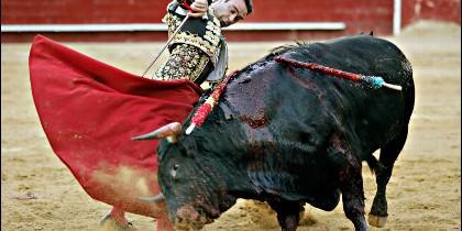 El torero Enrique Ponce lidiando un toro en la Plaza de Toros de Valencia.