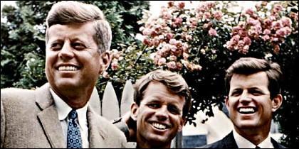 Los hermanos John, Robert y Edward Kennedy en Hyannisport, Massachusetts en 1960.