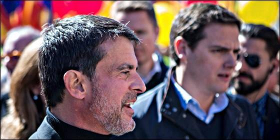 El ex primer ministro socialista francés Manuel Valls (i) junto al presidente de Ciudadanos (Cs), Albert Rivera (d) en la manifestación que Societat Civil Catalana (SCC).