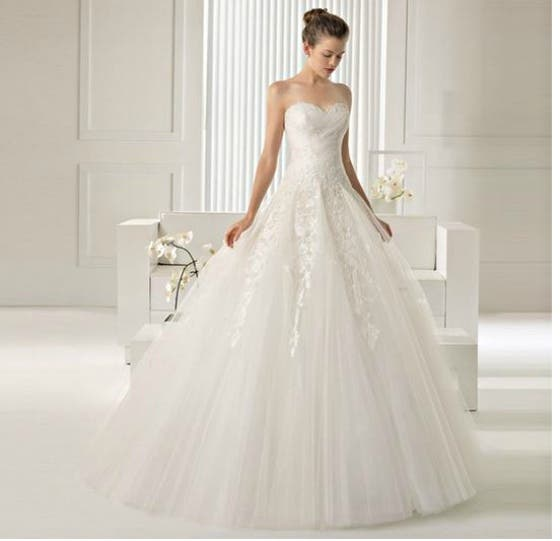 f7ae88f63 Un vestido de novia de gasa que puedes complementar con un bolero de encaje  (imagen de portada)