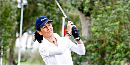 Ana Botín, jugando al golf.