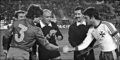 El capitán de la selección Jose Antonio Camacho saluda al capitán de Malta en el partido del 12-1 (1983).
