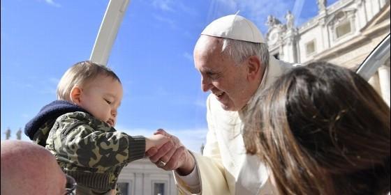 Francisco saluda a un pequeño en San Pedro