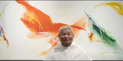 El Padre Kim, ante uno de sus cuadros