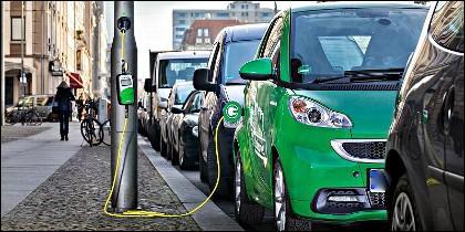 Carga en la la calle de un coche eléctrico.