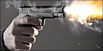 Un balazo a quemarropa de pistola automática.