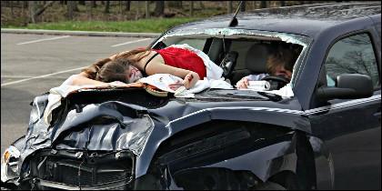 Jóvenes muertos en un accidente de tráfico, por exceso de velocidad en la carretera.