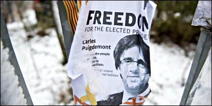 Un cartel sobre Puigdemont a las puertas de la prisión de Neumuenster, en Alemania.