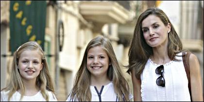 La reina Letizia junto a las infantas Leonor y Sofía.