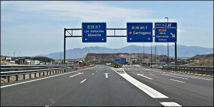 Un tramo desierto de la autopista AP-7.
