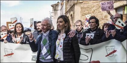 Albert Boadella, con Marina y ciudadanos de Tabarnia en Jofé, su pueblo.