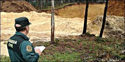 Un agente tomando notas del destrozo en la Mina de Medas.