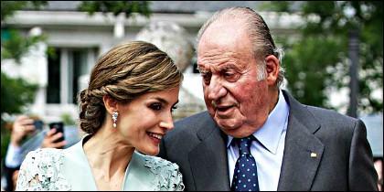 La Reina Letizia con el Rey Juan Carlos I.