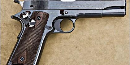 Una pistola calibre 45.