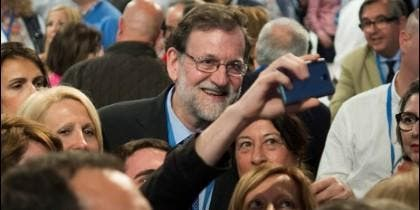 Rajoy haciéndose un selfie en el Congreso Nacional del PP en Sevilla.