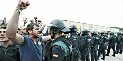 Agentes de la Guardia Civil en Cataluña, neutralizando manifestantes independentistas.