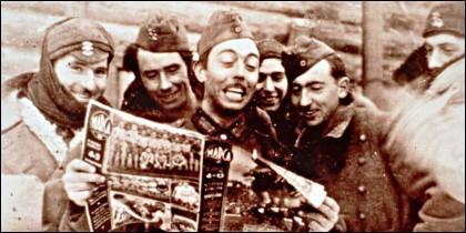 Soldados de la División Azul leyendo en 1943 un ejemplar del diario Marca enviado desde España al Frente del Este, en Rusia.