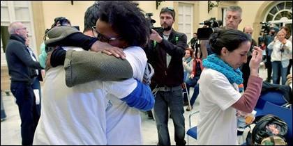 Ana Julia Quezada se abraza al padre de Gabriel, con la madre detrás.