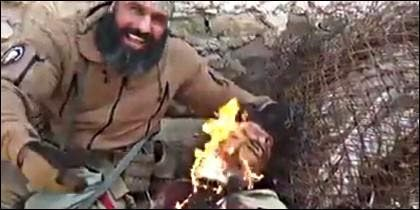 El miliciano iraquí conocido como el 'Ángel de la Muerte' con un yihadista prisionero.