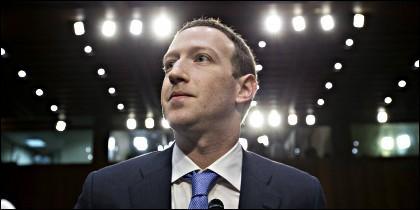 El CEO de Facebook, Mark Zuckerberg, testifica ante el Comité del Senado de EEUU.