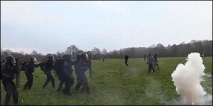Policías y okupas
