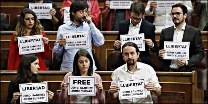 Pablo Iglesias y sus colegas de Podemos piden la libertad de los golpistas catalanes presos en España.