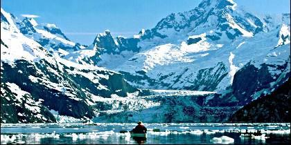 Kayak en las montañas y lagos de Alaska.