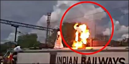 El político arde electrocutado sobre el tren, en la estación de la ciduad india de Tindivanam.