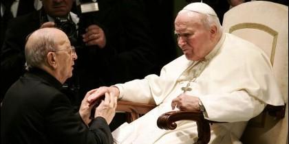 Maciel es bendecido por Juan Pablo II